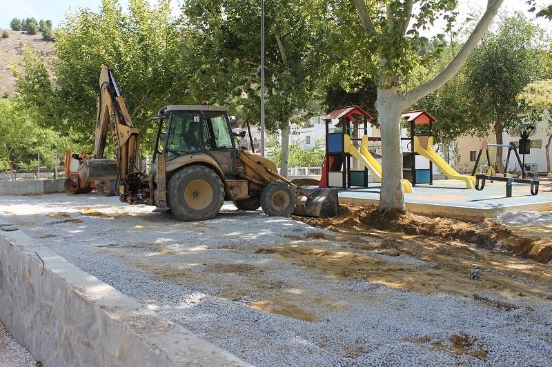 El Ayuntamiento de Lucena continúa con las obras de mejora en el entorno del río Genil a su paso por Jauja