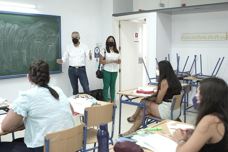 Juan Pérez y Lourdes Parra saludan a un grupo de alumnos