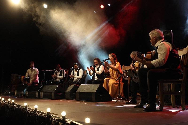 Argentina, acompañada por su grupo de músicos. durante su concierto en Lucena