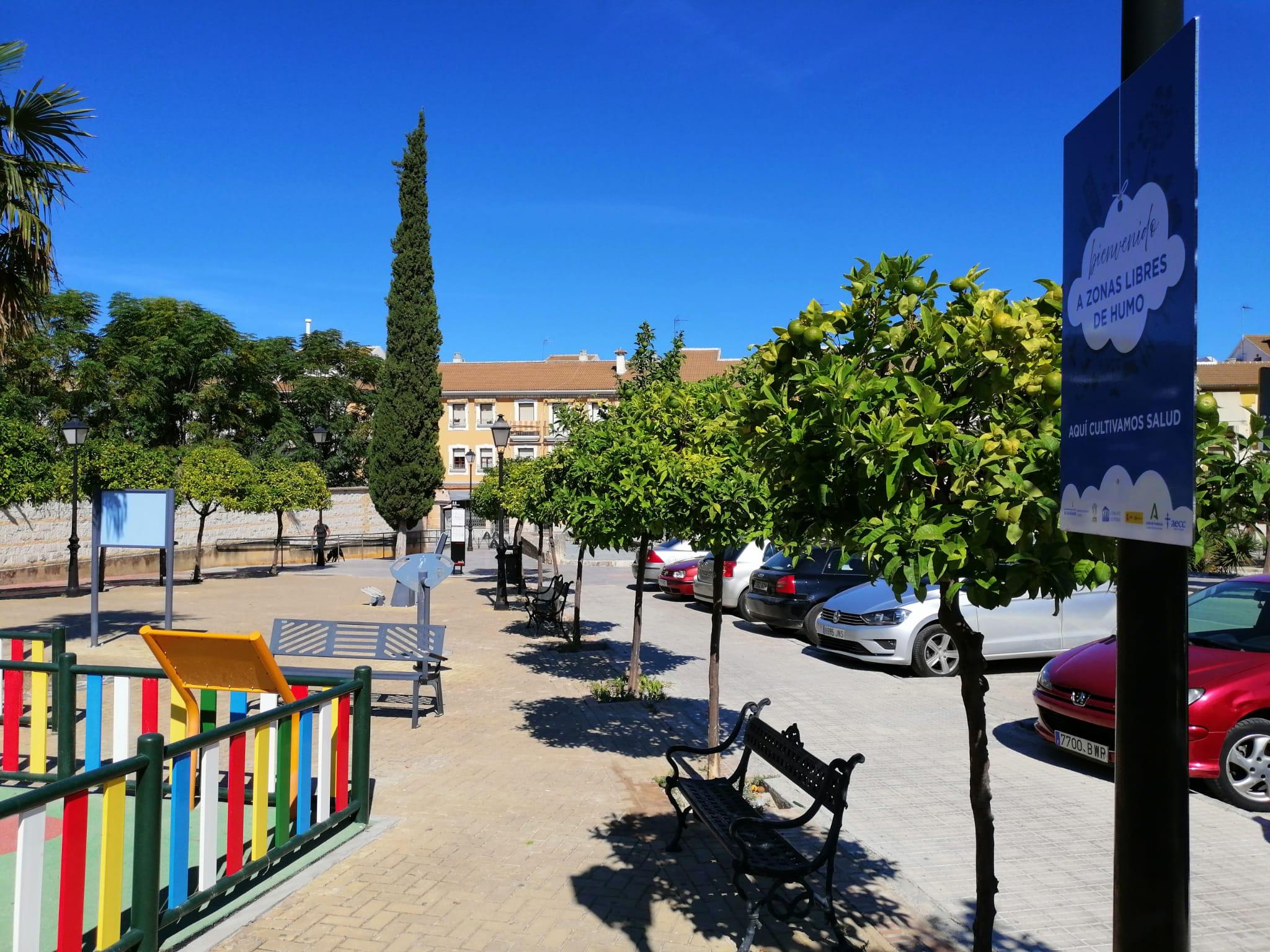 Señalización instalada junto a uno de los parques infantiles de Lucena